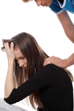 fille pleure: Troubl�e jeune fille r�confort�e par son petit ami. Isol� sur fond blanc. Banque d'images