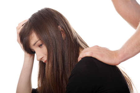 Troubled junges Mädchen von ihrem Freund getröstet. Isolated on white Background.