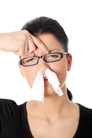 blow: Giovane donna con allergia o freddo, isolato su sfondo bianco