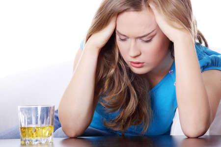 alcoholismo: Yound hermosa mujer en depresi�n, consumo de alcohol