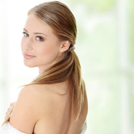 schöne frauen: Junge beautiful blond Teen Frau im Bademantel bereit für spa