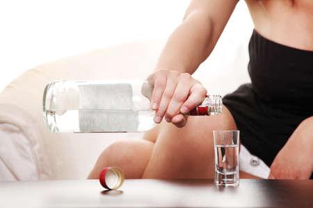 alcoholismo: Joven mujer triste en depresi�n, consumo de alcohol (vodka)