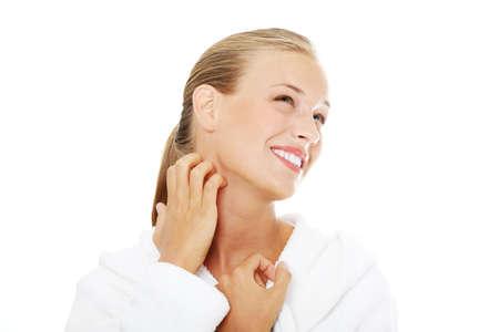 Jonge mooie vrouw scraching haar zelf. Geà ¯ soleerd op witte achtergrond.