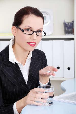 personas tomando agua: Hermosa mujer de negocios caucasian la celebraci�n de las p�ldoras y el agua.