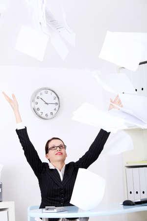 one sheet: Piuttosto businesswoman caucasico gettando fogli di carta.