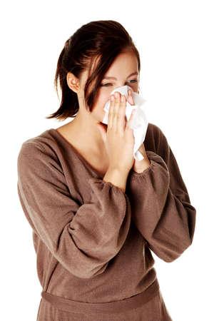 sneezing: Giovane bella ragazza caucasica soffiandosi il naso. Isoalted su bianco. Archivio Fotografico