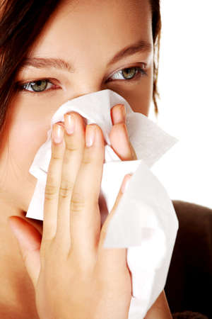 allerg�nes: Closeup portrait de jeune fille caucasien souffle sur fond blanc.