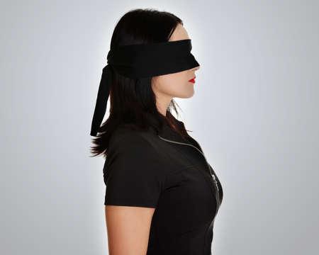 augenbinde: Blindfold Business-Frau, �ber grauem Hintergrund