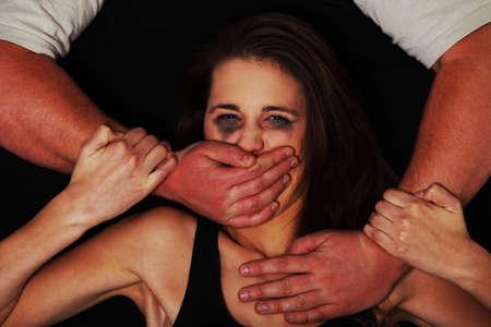 violencia domestica: Retrato emocional de la mujer abusada aislado en negro Foto de archivo