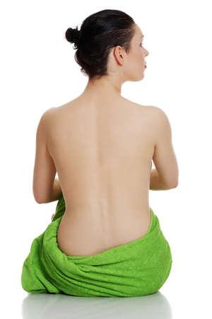 mujer desnuda sentada: Joven y bella mujer desnuda morena con una toalla, aislado en blanco