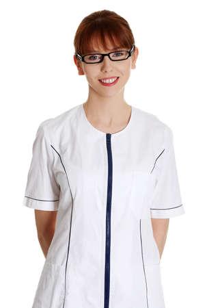 Молодая женщина в форме медицинского работника (врача, косметолога). Beauty SPA массажист женщина портрет, изолированных на белом фоне. Фото со стока