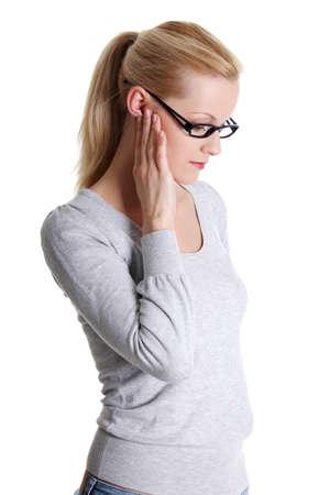 dolor de oido: Mujer joven sent�a un dolor en el o�do, aislado en fondo blanco