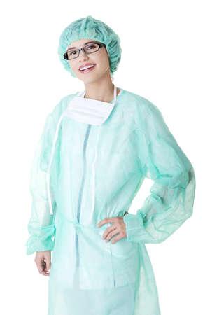 nurse cap: Retrato del doctor feliz mujer joven o una enfermera con la máscara quirúrgica y casquillo