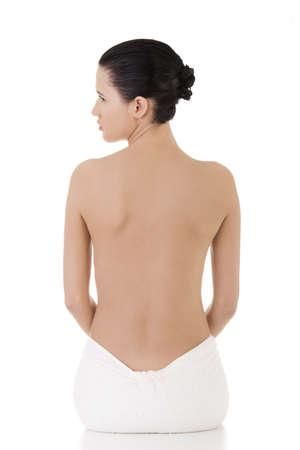 mujer desnuda sentada: Joven y bella mujer desnuda con una toalla, aislado en blanco