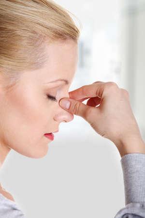 nariz: Mujer joven con dolor en los senos presi�n Foto de archivo