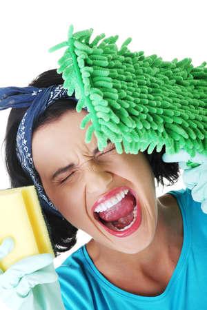 mujer limpiando: Mujer cansada y exhausta limpieza gritando