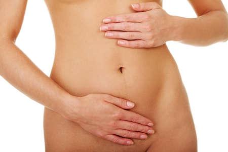 dolor de estomago: Vientre de la mujer joven y delgada Fit con la mano en lo