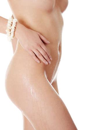 corps femme nue: Gros plan photo de corps mouillé nu de femme forme jeune, isolé sur blanc