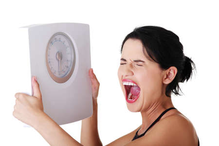 obesidad: Mujer frustrada con la escala, aislado en blanco