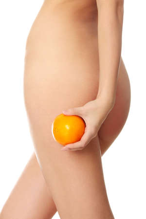 silhouette feminine: Une jeune fille tenant une prochaine orange sur les fesses est isol�