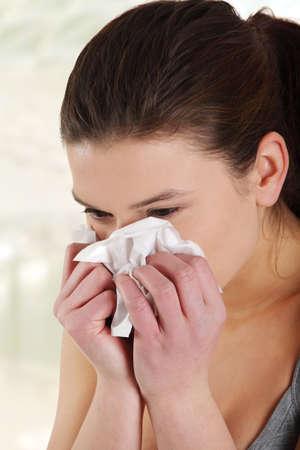 alergenos: Mujer adolescente con alergia o fr�o, aislado sobre fondo blanco Foto de archivo