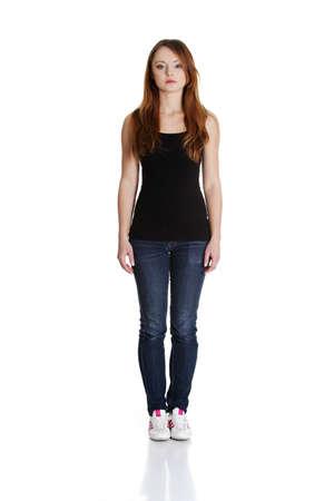 expression corporelle: Portrait d'une jeune femme debout. Isol� sur fond blanc