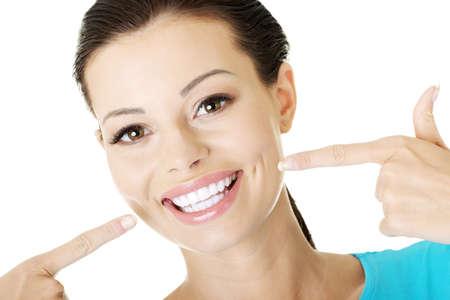 sonrisa: Mujer mostrando sus perfectos dientes blancos y rectos. Foto de archivo