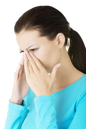 nose: Giovane donna con dolore pressione del seno, isolato su bianco