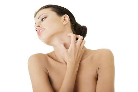 sarpullido: Mujer hermosa joven scraching s� misma. Aislados en blanco Foto de archivo