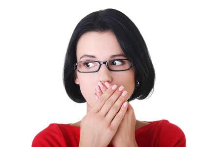 boca abierta: Conmocionado mujer tap�ndose la boca con las manos, aislados en blanco