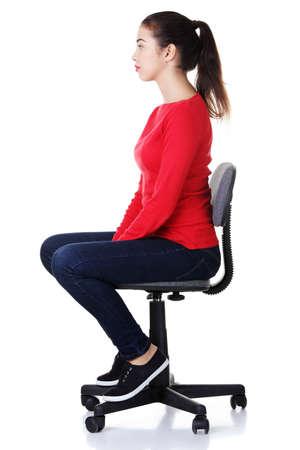 mujer sentada: Feliz mujer joven sentada en una silla de ruedas, aislado sobre un fondo blanco