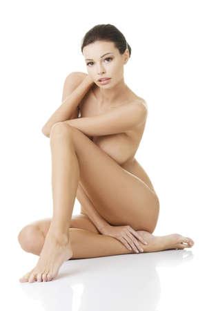 nudo di donna: Sexy donna adatta nuda con pelle sana pulita, isolato su sfondo bianco