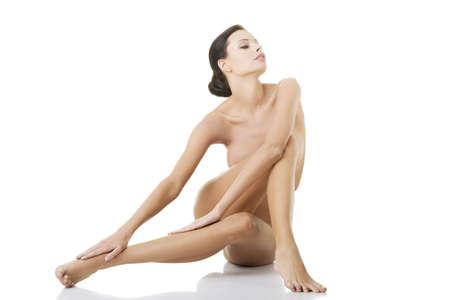 naked: Sexy fit naakte vrouw met gezonde schone huid, geïsoleerd op witte achtergrond
