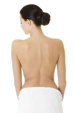 naked young woman: Jeune belle femme nue avec une serviette, isol� sur blanc