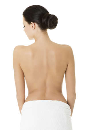 mujer desnuda de espalda: Joven y bella mujer desnuda con una toalla, aislado en blanco