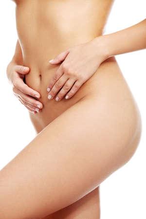 corps femme nue: Beau corps de femme nue en forme, isol� sur blanc