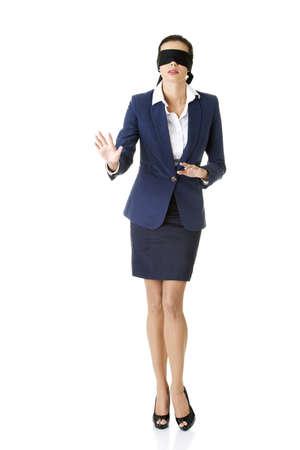 Portret van een mooie jonge zakenvrouw blinddoek, geïsoleerd op wit