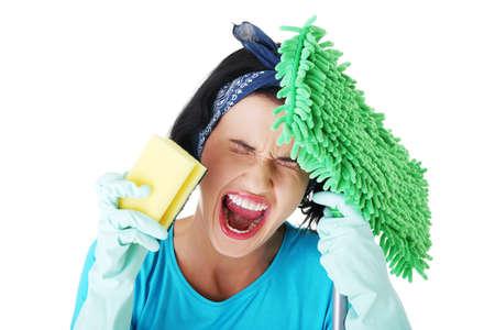 ama de casa: Cansado mujer frustrada y agotada la limpieza gritando, aislados en blanco