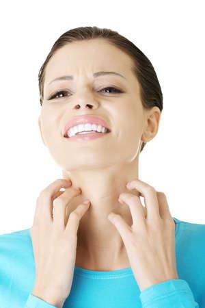 jeuken: Jonge mooie vrouw krabben haar zelf. Geà ¯ soleerd op wit Stockfoto