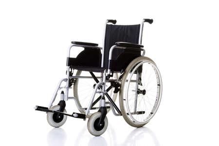persona en silla de ruedas: Silla de inv�lido, silla de ruedas - aislados en fondo blanco