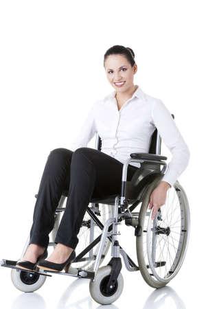 paraplegico: Empresaria atractiva con discapacidad sonriente sentado en una silla de ruedas aislados en blanco
