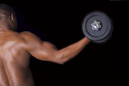 levantamiento de pesas: Hombre muscular joven que levanta pesos pesados