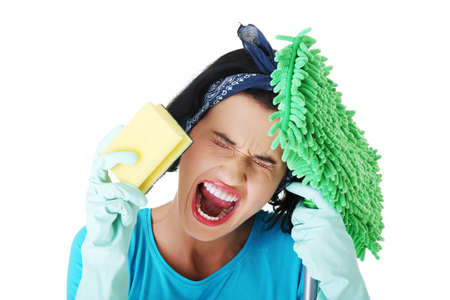 limpieza del hogar: Mujer cansada limpieza frustrado y agotado, aislado en blanco