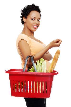 canasta de pan: Mujer embarazada con cesta de la compra, aislados en blanco
