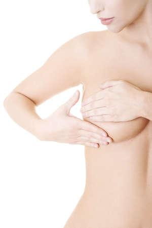 beaux seins: Femme adulte du Caucase examinant sa poitrine de grumeaux ou des signes de cancer du sein