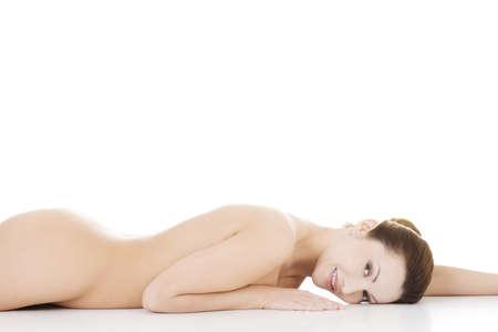 femme nue: Sexy femme nue en forme avec la peau propre et sain couch�, isol� sur blanc Banque d'images