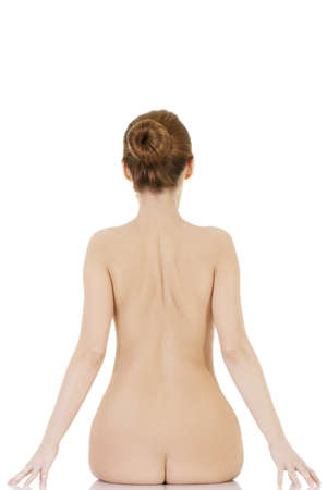mujer desnuda sentada: Belleza mujer joven desnuda de espalda, aislados en pizca Foto de archivo