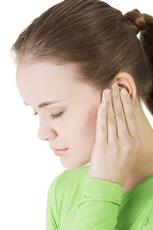 dolor de oido: Mujer joven sent?a un dolor en el o?do, aislado en fondo blanco