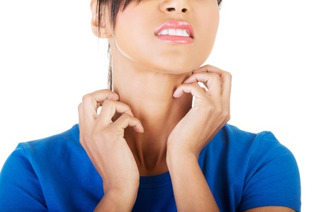 Jonge mooie vrouw krabben haar zelf. Geà ¯ soleerd op wit