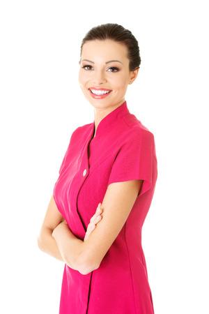 ピンクの制服を着たセクシーな若いマッサージ師。白で隔離。